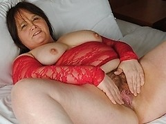 Amateur housewife sticks dildo up her hairy pussy
